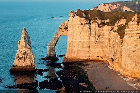 Les falaises d'Etretat éclairées par la lumière chaleureuse du soleil couchant Etretat, Haute Normandie