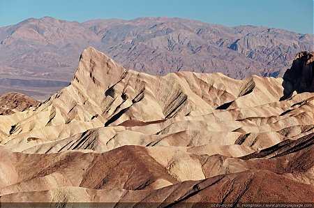 Formations-geologiques-multicolores-a-Zabriskie-Point.jpg