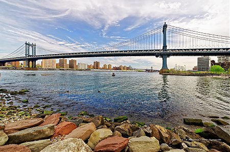 Le-Manhattan-bridge-vu-depuis-la-rive-de-l_East-River.jpg