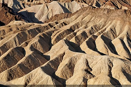 Zabriskie  Point : le lac de Furnace Creek asséché depuis 5 millions d'année est à l'origine des dépots de cendres et graviers qui ont créé ce site