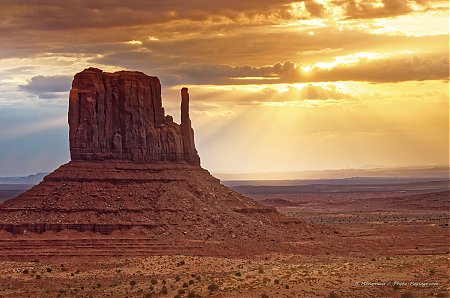 Lever de soleil au dessus de la West Mitten Butte