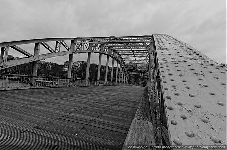 Rivets-et-structure-metallique---Passerelle-Debilly.jpg
