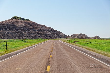 Route-dans-le-parc-national-des-Badlands_01.jpg