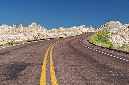 Route-dans-le-parc-national-des-Badlands_04.jpg