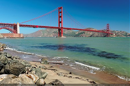 Sur-les-rives-de-la-baie-de-San-Francisco---en-arriere-plan-le-Golden-Gate-bridge.jpg