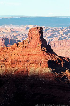 Un pic montagneux vu depuis Dead Horse Point : en arrière plan, le parc national de Arches   2