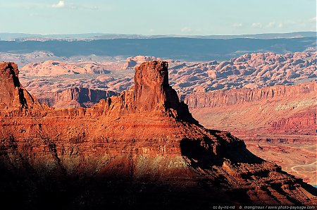 Un pic montagneux vu depuis Dead Horse Point : en arrière plan, le parc national de Arches