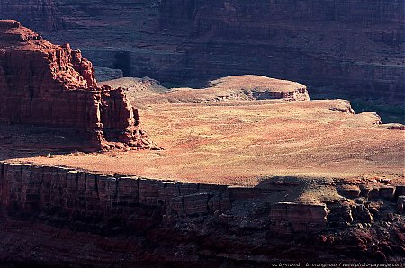 Un plateau isolé, cerné par les méandres du Colorado