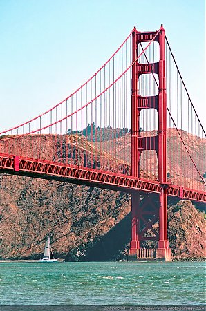 Un voilier passant sous le Golden Gate