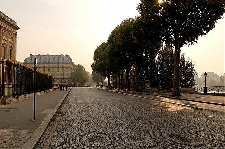 Une rue pavée à Paris : le Quai François Mitterand, à proximité du palais du Louvre