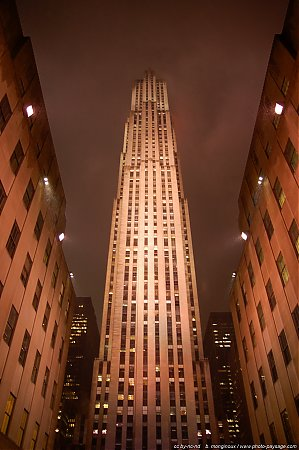 Les 70 étages du Comcast building (Rockefeller center) sous une pluie battante